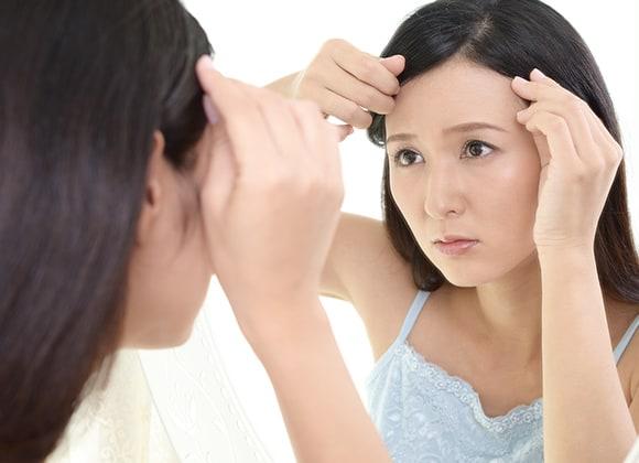 髪を心配する女性 駅徒歩1分・当日予約OK・着付けあり・LAサロン提携